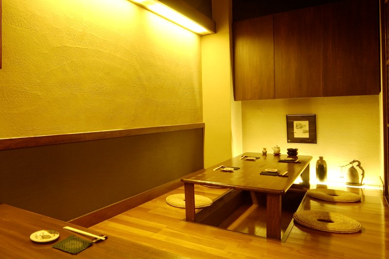お食事処「サンプル」では落ち着いたお座敷のほか、お気軽にお料理とお酒を楽しめるカウンターのご用意もございます。